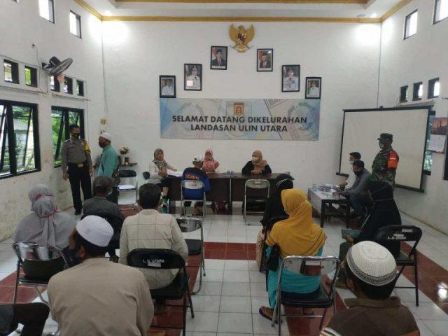 Bripka Ilham Bersama Babinsa Monitoring Pembagian BST (Bantuan Sosial Tunai) Di Wilayahnya