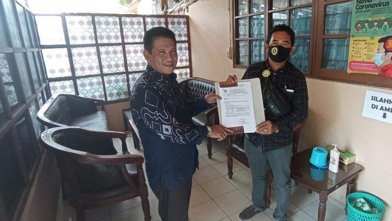 Paslon H Rusli dan Guru Fadlan, menyerahkan berkas kekurangan syarat pencalonan ke komisoner KPU Banjar