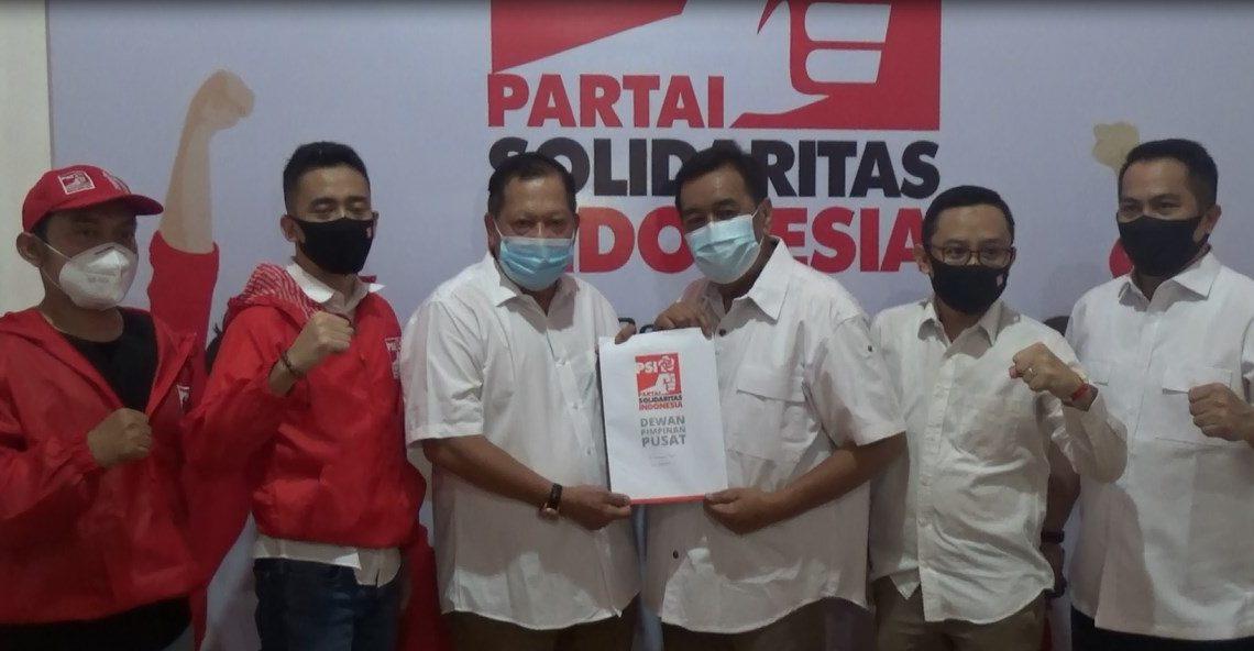 Penyerahan surat SK dari DPW PSI Kalsel ke Balon Wali kota H. Gusti Iskandar Sukma Alamsyah Bersama H. AR Iwansyah