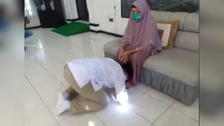 Jelang Pendaftaran Ke KPU, Harris Makkie Sungkem Ibundanya Mohon Doa Restu