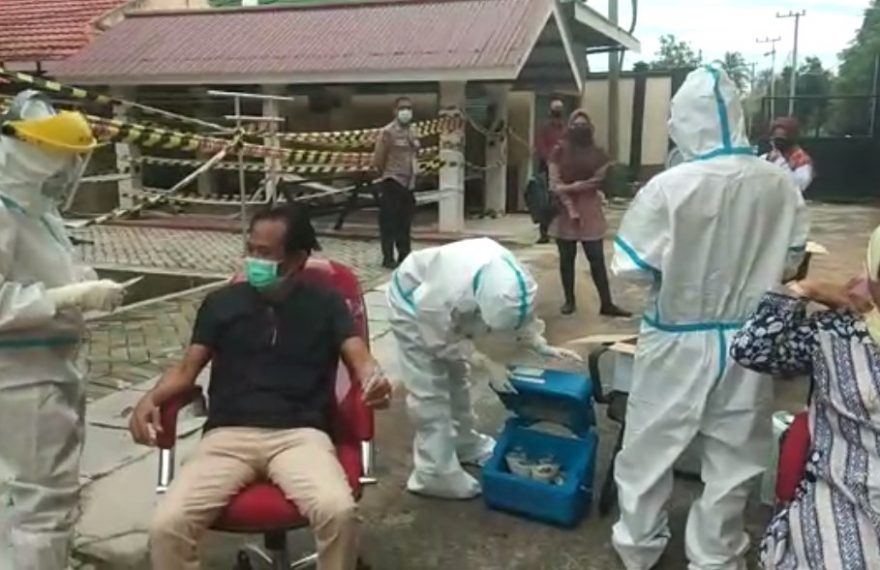 Proses pengambilan tes swab DPRD Banjarbaru