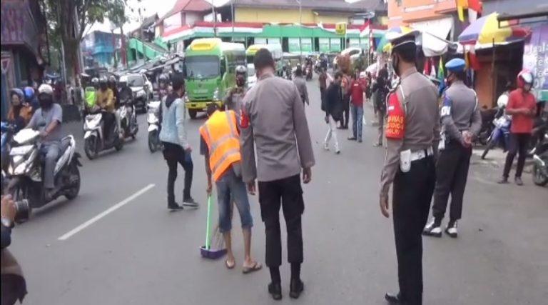 Terjaring Tak Makai Masker di sanksi Bersihkan jalan