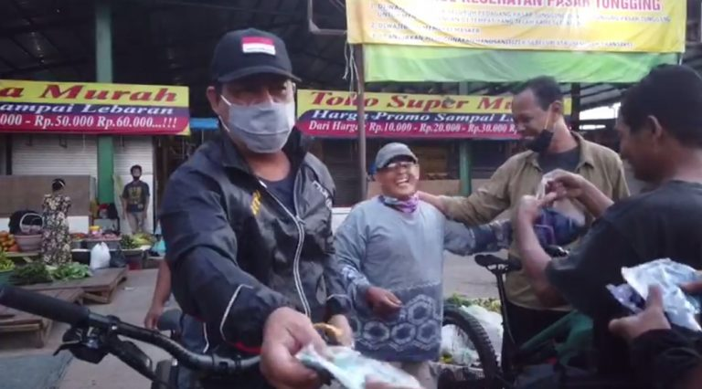 Paman Birin Bagi-bagi Masker di Pasar Kalindo