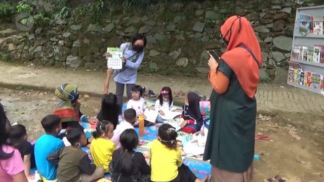 anak-anak belajar bersama