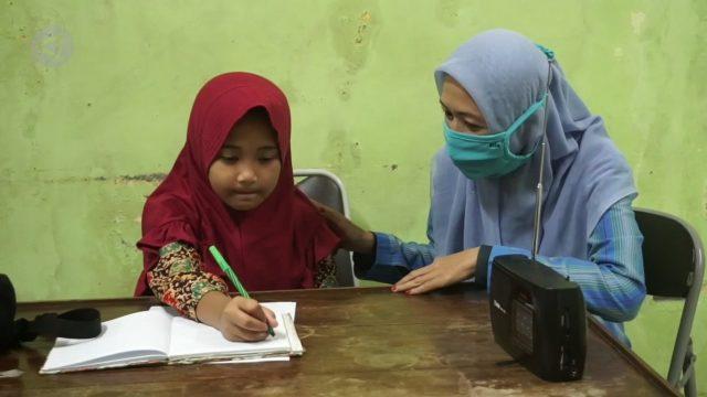 anak murid belajar lewat radio