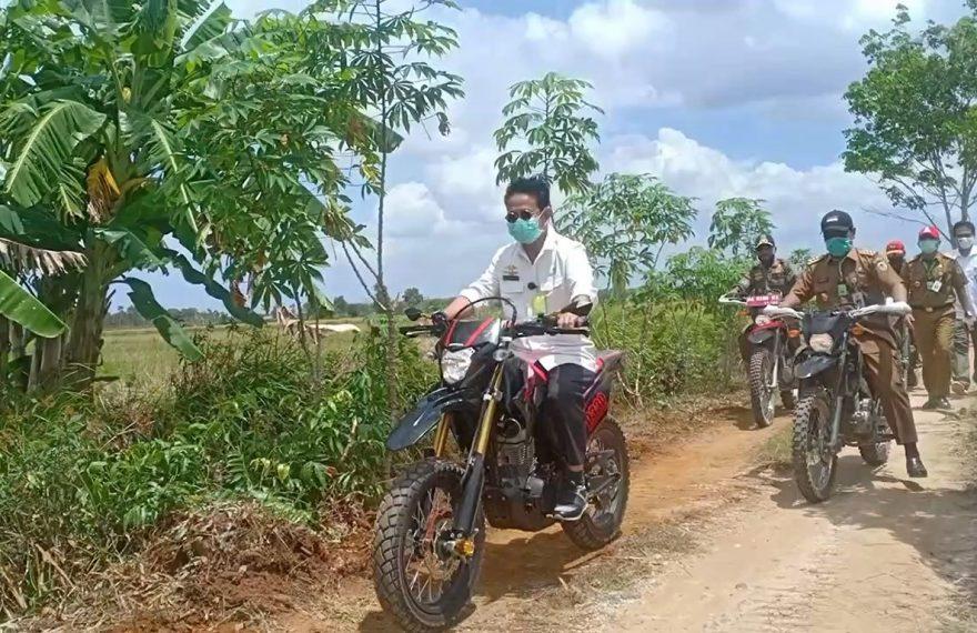 Mentan dan Paman Birin menaiki motor trail