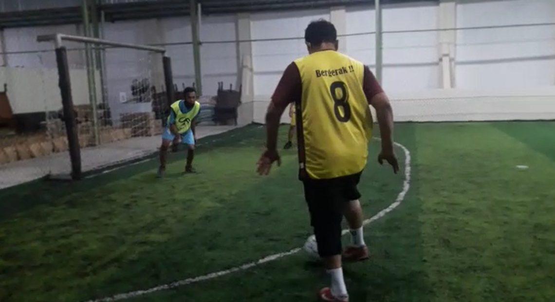 Paman Birin bermain futsal