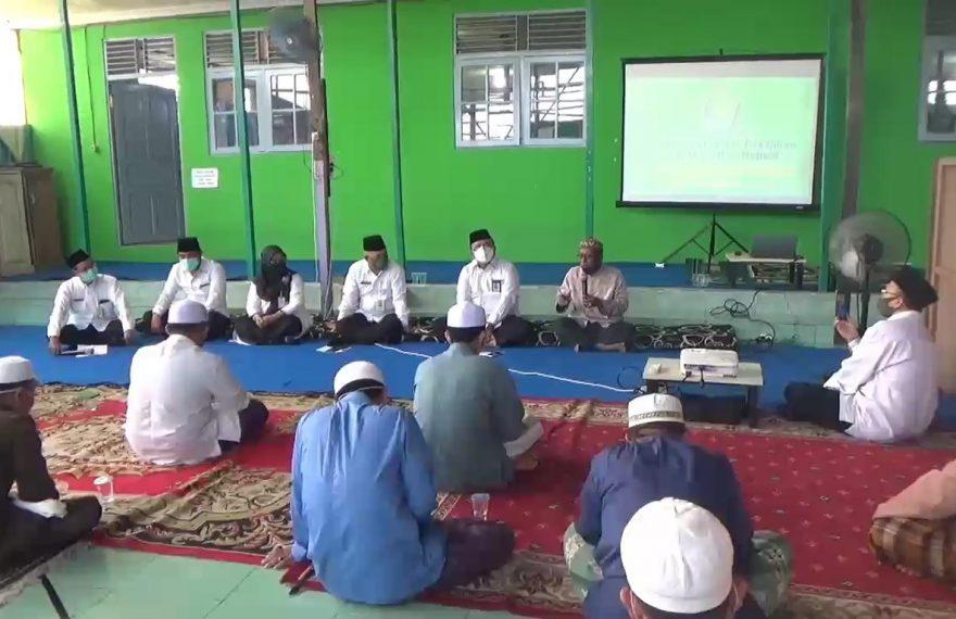 Kepala kantor kanwil Kementrian Agama provinsi Kalsel, Noor Fahmi memberikan pembekalan kepada para ustadz