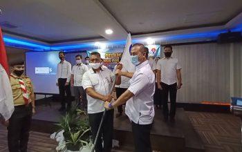 Penyerahan bendera oleh ketua Persatuan Olahraga Tradisional Kalimantan Selatan