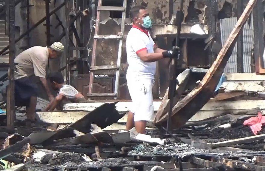 warga bergotong-royong di lokasi kebakaran