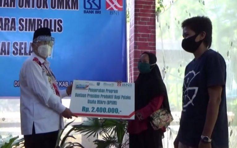 Bupati HSS Menyerahkan Bantuan UMKM