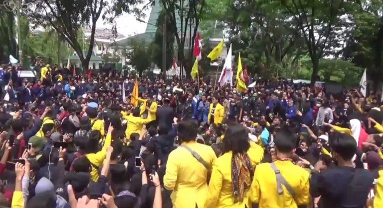 Demo Mahasiswa di Depan Gedung DPRD