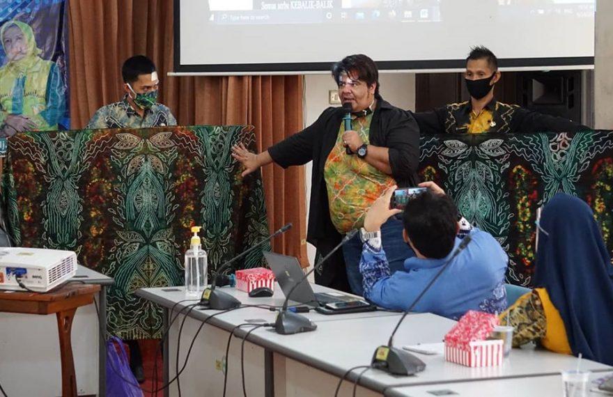 Nabil Salim memperkenalkan motif kain sasirangan
