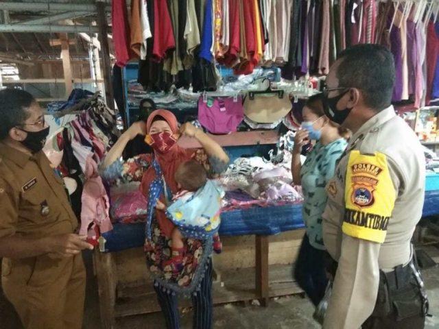 Edukasi Prokes, Bhabinkamtibmas Sambangi Pasar Tradisional Peramuan