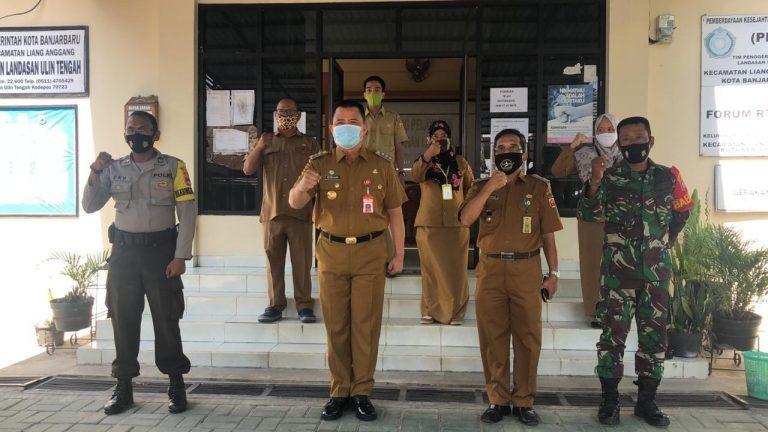 Bhabinkamtibmas Monitoring Kunjungan Kerja PJS Walikota Banjarbaru di Kelurahan Landasan Ulin Tengah