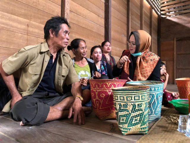 Mila Karmila Cabup Srikandi Pertama Di Tanbu Kunjungi 4 Balai Di Kecamatan Mentewe