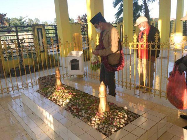 Sebelum Kunjungi Warga, Paman Birin Berziarah Ke Makam Pejuang Dan Habib