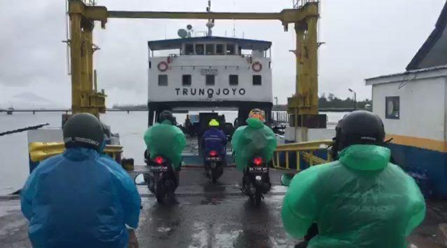 Paman Birin menyeberang menggunakan ferry