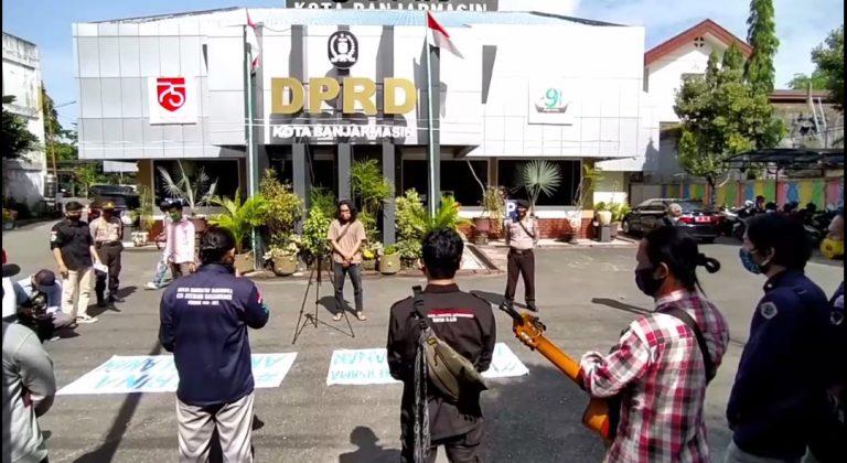 Para Pengamen Jalanan Ngamen di depan Kantor DPRD Banjarmasin