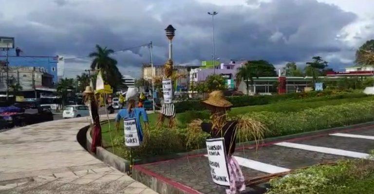 Patung-patung jerami di Bundaran Simpang 4 Banjarbaru