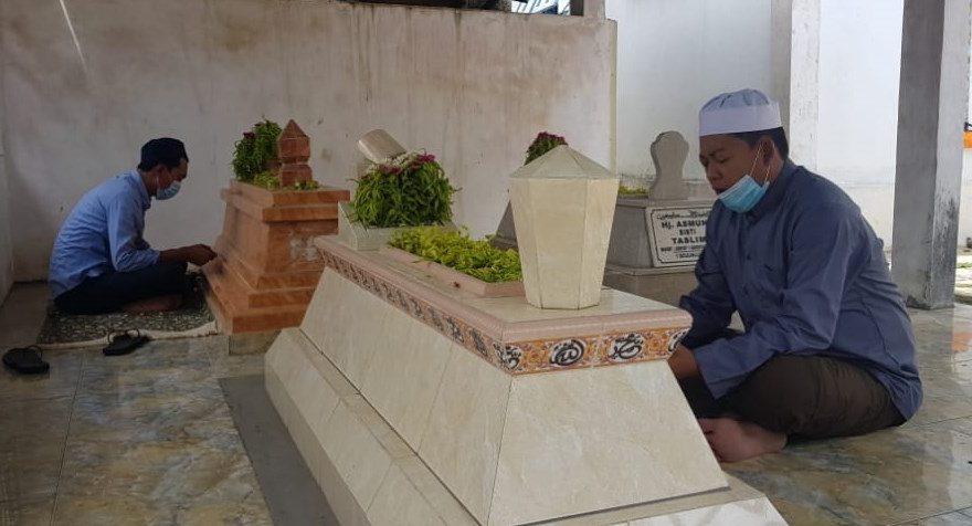 Cabup Banjar H. Saidi Mansyur Berziarah ke makam kakek dan nenek