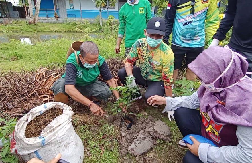 penanaman bibit pohon di lingkungan SMPN 18 Banjarmasin.