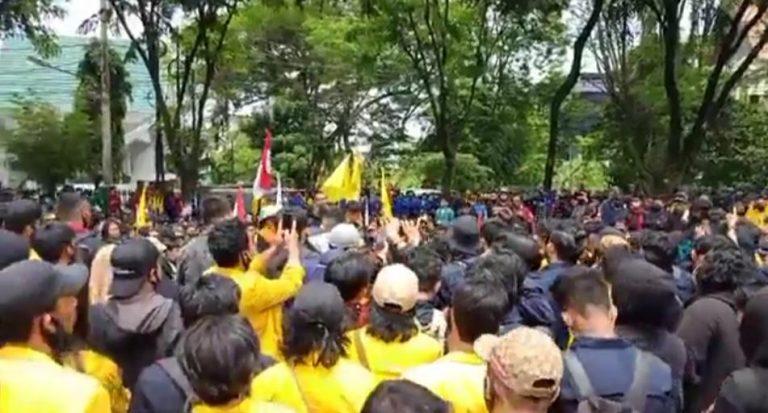 Unjuk rasa ribuan mahasiswa