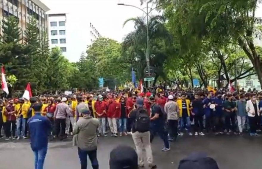 aksi unjuk rasa mahasiswa di depan DPRD provinsi Kalsel