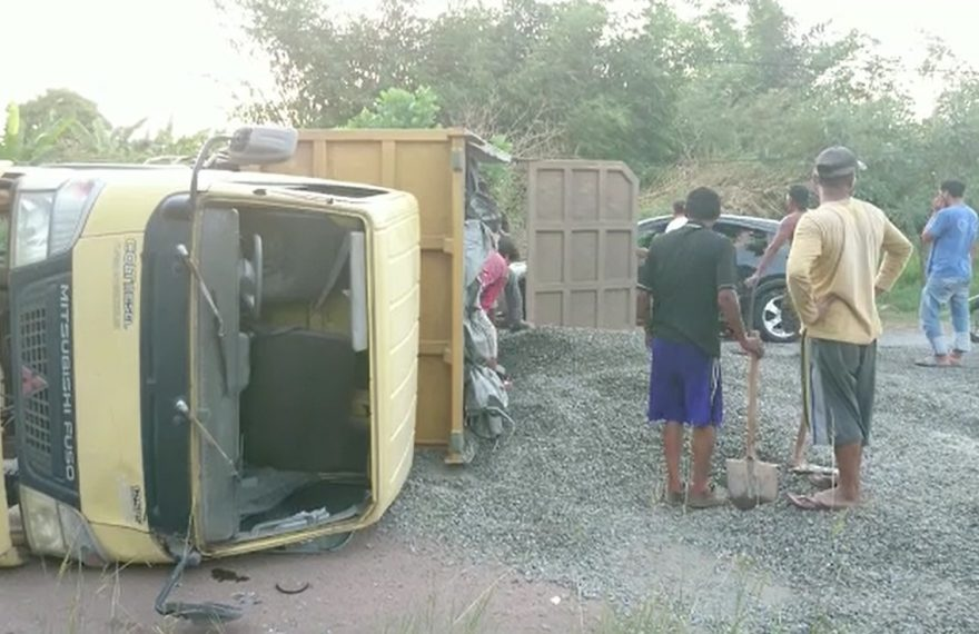 dump truck terbalik