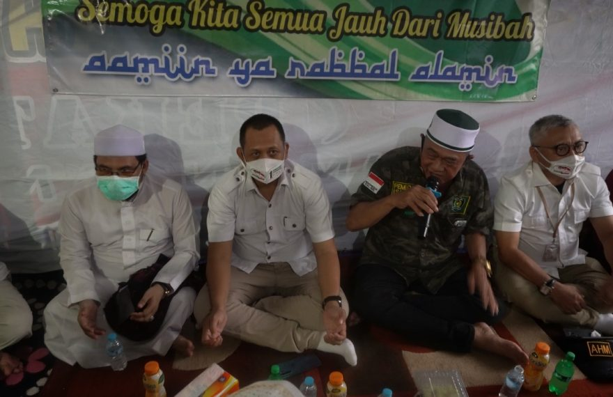 Haris Makkie dan Ilham Nor bersama warga