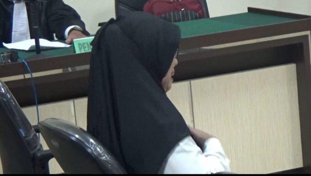 Agustina Wahidah menangis dalam persidangan