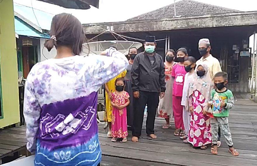 Paman Birin berfoto bersama warga