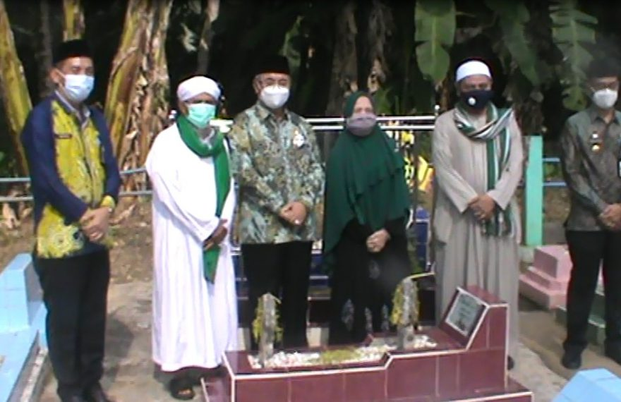 Achmad Fikry beserta jajarannya Ziarah ke Makam pendiri kabupaten.