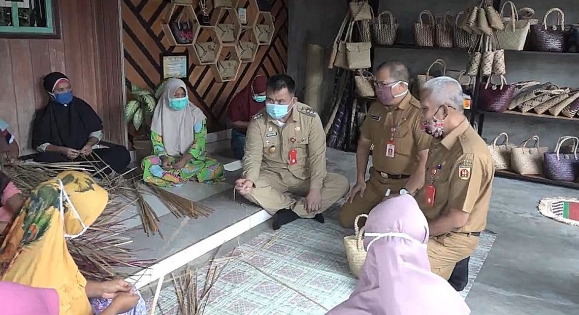 Bernhard E Rondonuwu, mengunjungi kampung purun