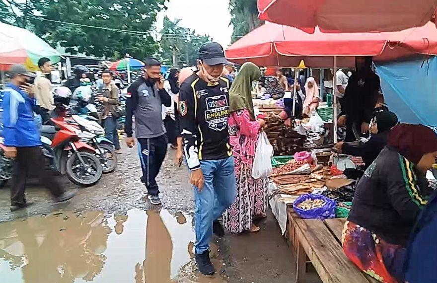 H Rusli berjalan menuju pasar