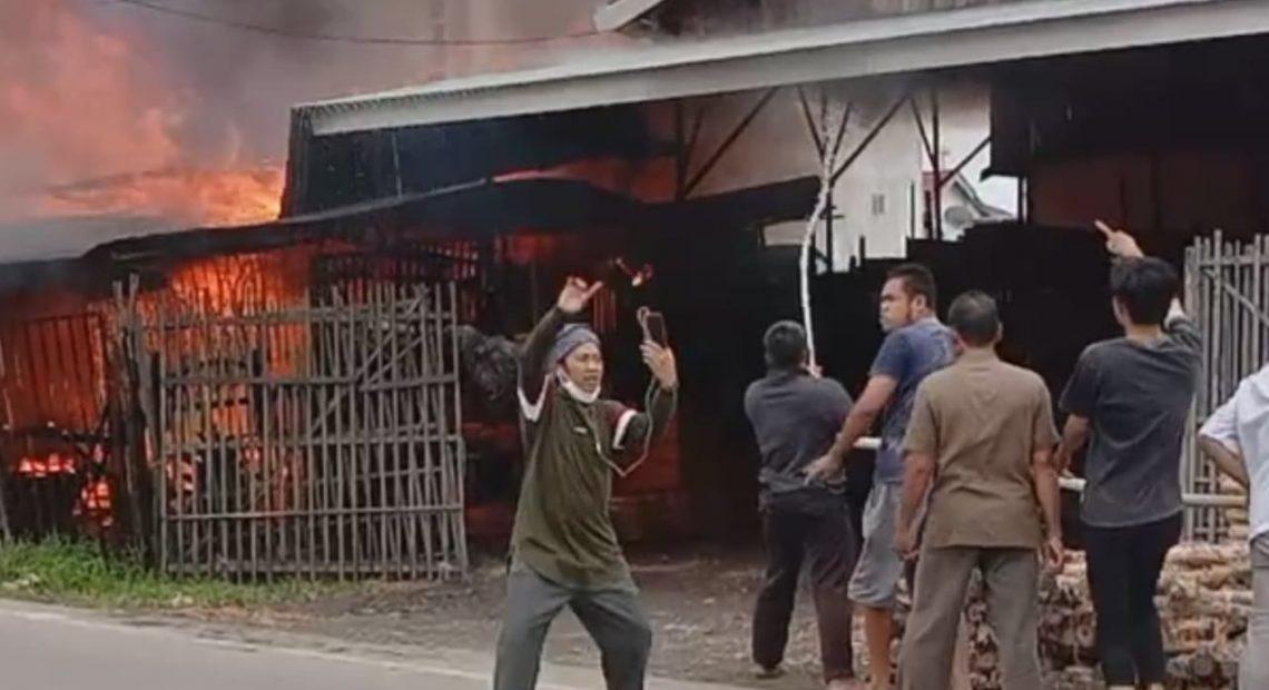 kebakaran bengkel las di jalan HKSN