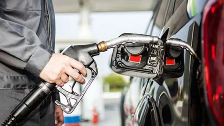 Wah … ! Pelanggan Tak Dikenal Hadiahi Mobil Pelayan SPBU