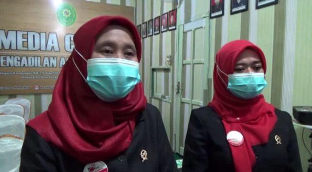 Nurul Hikmah (kiri) Ketua Pengadilan Agama Negara