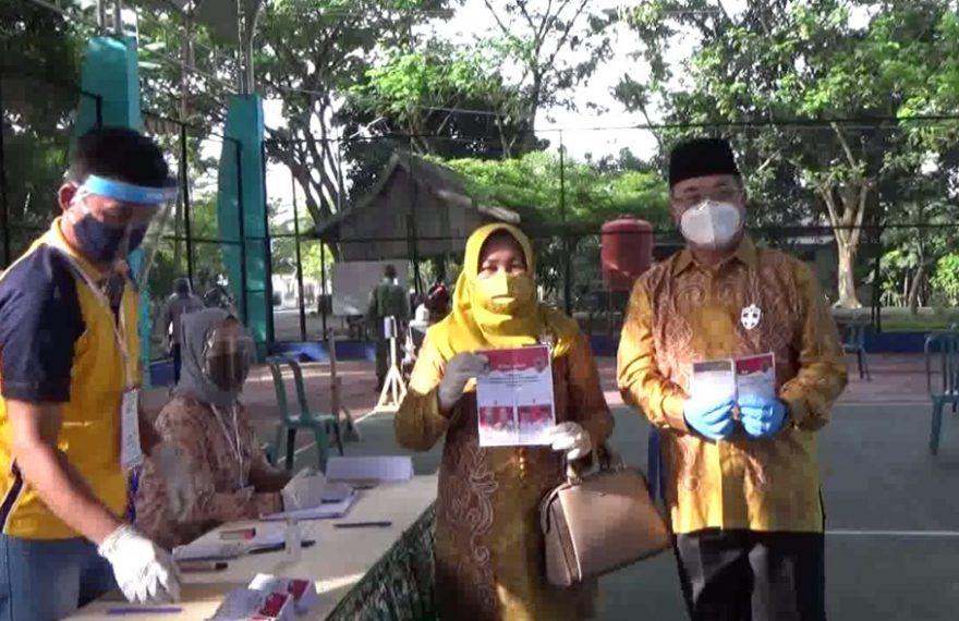 Bupati Achmad Fikry dan Isteri Mencoblos di TPS 01