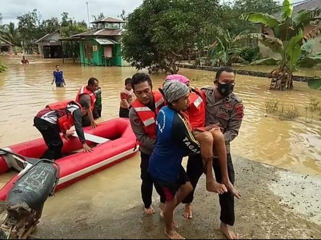 Sabhara Polres Banjar Evakuasi Warga Terdampak Banjir