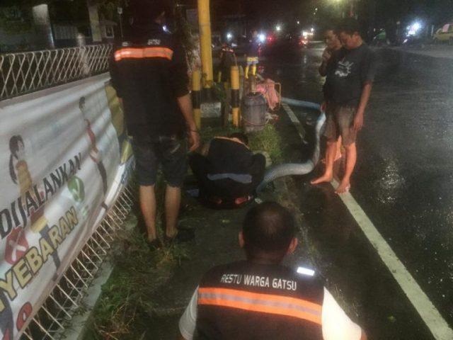 """BPK RESTU """"Warga Gatsu"""" Sedot Air di Bantaran Aliran Sungai Gatot"""
