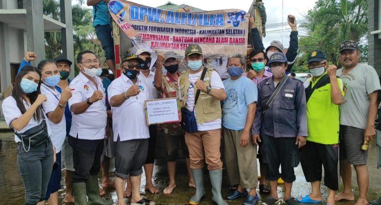 ALFI dan Pelindo III Banjarmasin, membagikan bantuan kepada korban banjir (foto:duta tv)