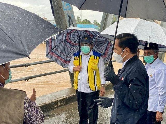 Presiden Joko Widodo Tinjau Banjir Dari Jembatan Pekauman
