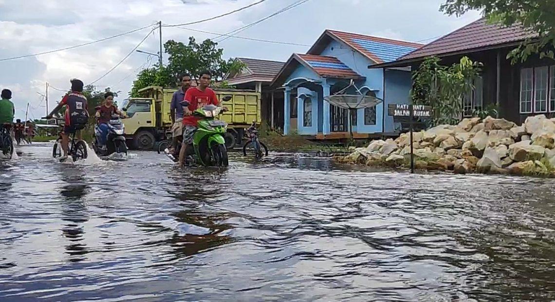 Sungai Nagara meluap hingga ke jalan (foto:duta tv)