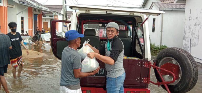 Perumahan R Land Bagikan Makanan dan Logistik ke Warganya