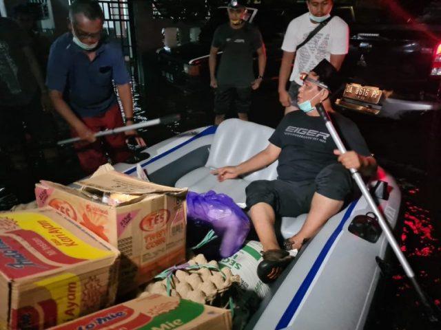 Paman Birin Bagi Sembako Korban Banjir di Simpang Limau