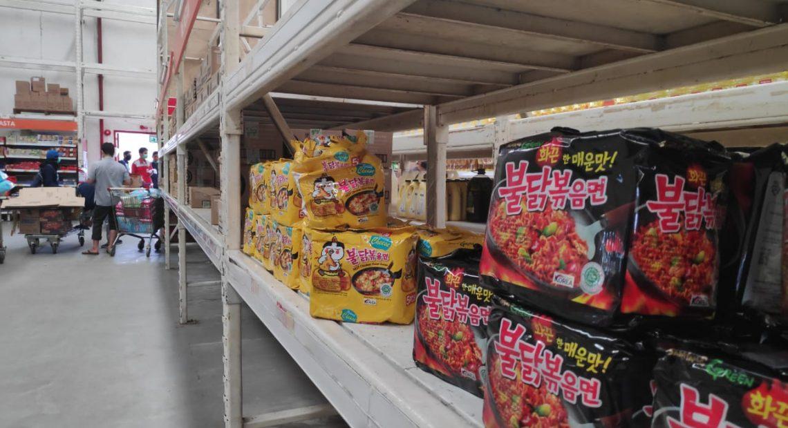 bahan pokok pada pasar grosir nampak kosong (foto:duta tv)