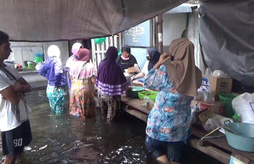 korban banjir di gang Permata, bergotong royong membungkus nasi goreng