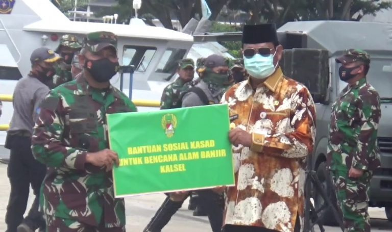 simbolis oleh Pangdam VI Mulawarman, Mayor Jendral TNI Heri Wiranto kepada gubernur Kalimantan Selatan Sahbirin Noor