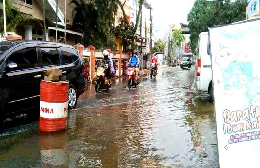 kondisi jalan Banjar Indah pasca banjir (foto:duta tv)